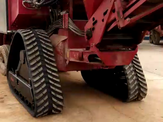 sugarcane harvester with rubber track undercarriage